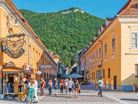 Turismul de incoming isi va reveni la nivelul prepandemic abia in 2024. Estimarile arata ca nota de plata a turistilor straini va fi de aproape 18 miliarde lei in 2024. Alaturi de Bulgaria si <span style='background:#EDF514'>CIPRU</span>, Romania ramane exclusa din spatiul Schengen, ceea ce ar putea limita cresterea pentru turismul de incoming, cat si pentru cel de outgoing.