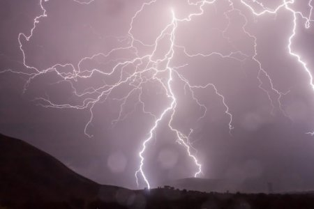 Atentionare de calatorie in Republica Elena. Prognoza meteo de ploi si <span style='background:#EDF514'>FURTUNI</span>
