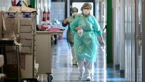 Sute de medici si asistenti din Lombardia nu sunt primiti la serviciu. Nu s-au vaccinat