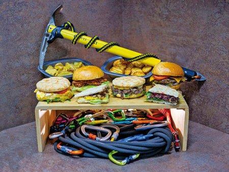 Afaceri de la Zero. Andreea Gheorghiescu si Adrian Calinescu au creat MeatStuff, un business cu sandvisuri gourmet ce imbina <span style='background:#EDF514'>PASIUNE</span>a lor pentru gatit cu cea pentru drumetiile montane: Suntem dependenti de adrenalina si ne-am gandit sa punem putin din aceasta adrenalina si in bucatarie. Am denumit sandvisurile dupa varfurile pe care le-am cucerit