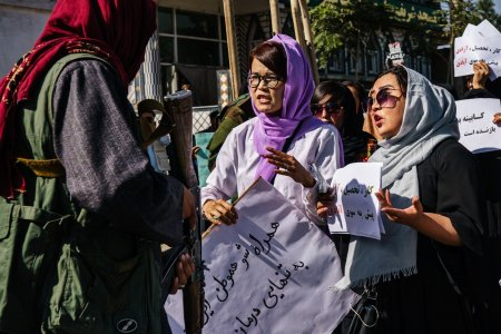 Vom continua sa ne cerem drepturile pana can<span style='background:#EDF514'>D TA</span>libanii ne vor ucide. Un nou protest al femeilor afgane, oprit brutal la Kabul