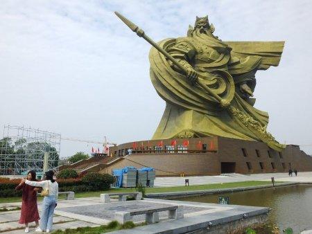 Autoritatile dintr-un oras din China vor cheltui 20 de milioane de dolari sa mute o <span style='background:#EDF514'>STATUIE</span> uriasa