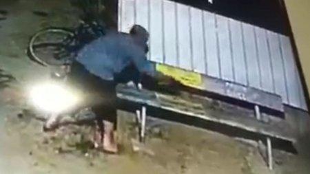 Barbat din Smeeni, cautat de Politie dupa ce a turnat ulei ars pe banca pe care barfeau femeile din sat