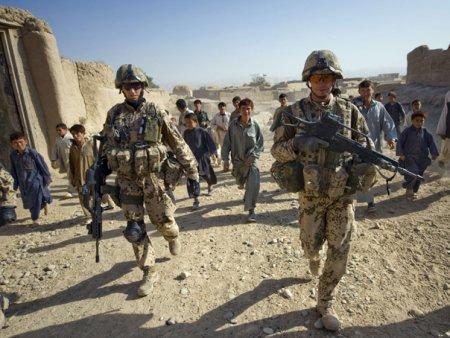 Sute de cetateni straini, in principal americani, vor fi evacuati joi din Afganistan