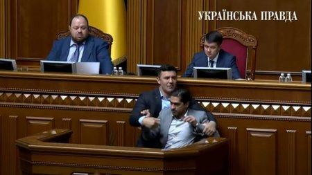 Scandalul mercenarilor Wagner s-a lasat cu violente in Parlamentul Ucrainei. Un deputat a fost smuls de la tribuna
