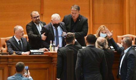 (<span style='background:#EDF514'>GALERIE FOTO</span>/VIDEO) Florin Roman, gonit de la prezidiu: Ție nu iti e rusine, mafiotule?