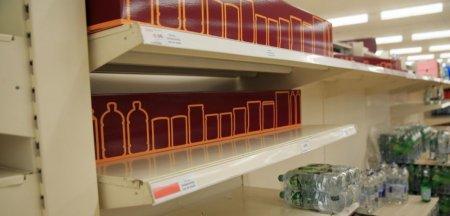 Supermarketurile din Marea Britanie se confrunta cu penurii severe. De pe rafturi lipsesc apa si laptele