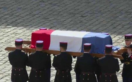 <span style='background:#EDF514'>CEREMONIE</span> de omagiu national in memoria actorului Jean-Paul Belmondo. Sicriul, adus de soldati ai Garzii Republicane