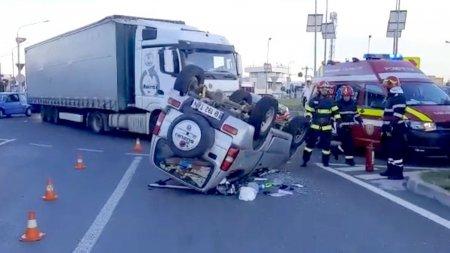 Masina <span style='background:#EDF514'>RASTURNAT</span>a dupa ce s-a ciocnit de un TIR, in Arges. Șoferita este grav ranita