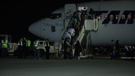 Un avion <span style='background:#EDF514'>TAROM</span> cu refugiati afgani a ajuns in Romania
