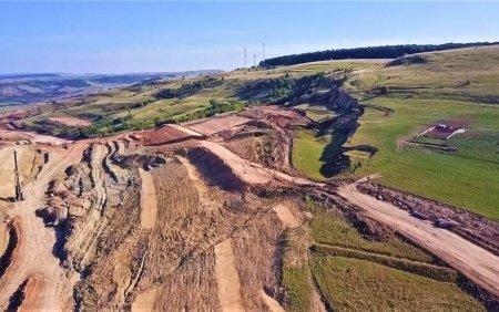Alunecare masiva de teren pe <span style='background:#EDF514'>AUTOSTRADA TRANSILVANIA</span>. Ar putea chiar sa fie schimbat traseul. VIDEO