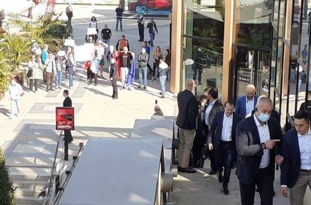 Premierul Florin Citu, <span style='background:#EDF514'>HUIDU</span>it la Iasi de cativa protestatari