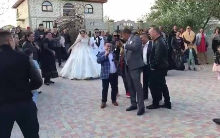 Imagini socante la o nunta la care canta Adrian Minune. Cativa nuntasi au tras cu mitralierele in <span style='background:#EDF514'>AER.</span> VIDEO