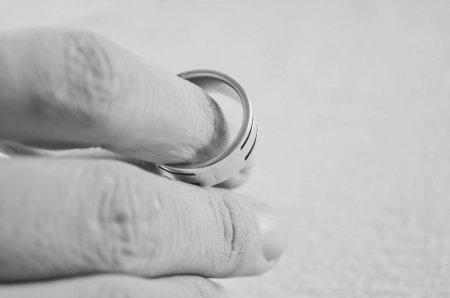 CEDO: Mesajele private de pe retelele de dating pot fi folosite ca <span style='background:#EDF514'>PROBE</span> de divort in instanta