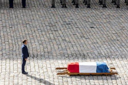 Macron s-a recules la sicriul lui Belmondo, la noi Car<span style='background:#EDF514'>AMIT</span>ru si Patzaichin au fost ingropati fara ca nimeni din conducerea statului roman sa fie ca ei