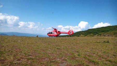 Operatiune de salvare periculoasa a unui alpinist cu mainile si picioarele rupte