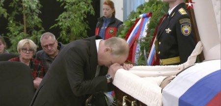 Putin, in lacrimi langa sicriul fostului sau <span style='background:#EDF514'>BODYGUARD</span> FOTO VIDEO