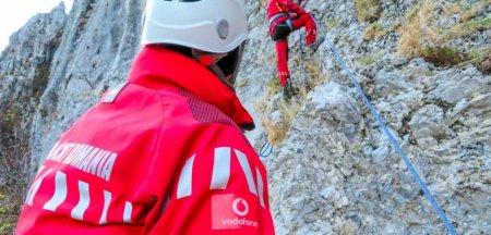 Alpinist cu mainile si picioarele rupte, ramas suspendat in Valea Seaca a Costilei. A fost cerut ajutorul unui <span style='background:#EDF514'>ELICOPTER</span> pentru salvarea acestuia