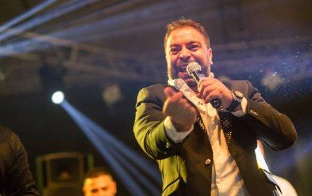Adi Minune nu e singurul patit. <span style='background:#EDF514'>MANELIST</span>ul Florin Salam a scapat microfonul din mana la o nunta cu focuri de arma VIDEO
