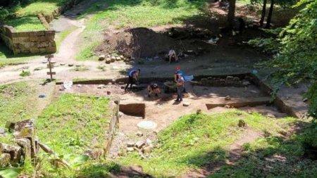 Descoperirea uriasa la Sarmizegetusa <span style='background:#EDF514'>REGIA</span>: Un misterios templu dacic iese la iveala dupa doua milenii