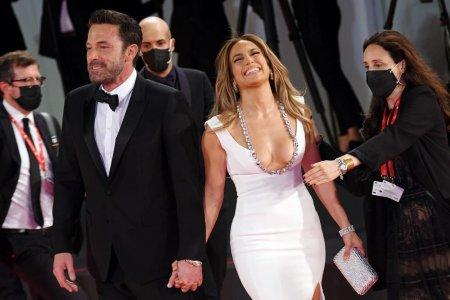 Jennifer Lopez si Ben Affleck, oficial impreuna pe covorul rosu, la 20 de ani de la prima lor aparitie in calitate de cuplu