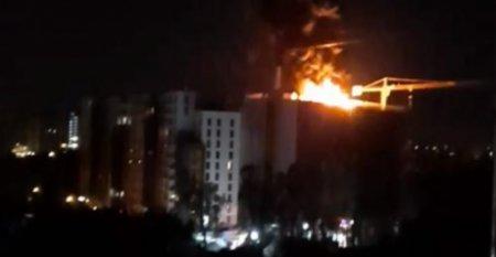 Blocul care arde in Sectorul 1, la aproape cinci metri de alt bloc locuit, potrivit unui gazetar: `Nu exista norme de protectie deloc`