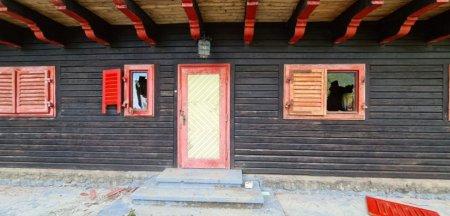 Cabana goala, devastata de un urs, in zona Padina - Pestera din Bucegi. La cativa metri, <span style='background:#EDF514'>TURIST</span>ii petreceau VIDEO