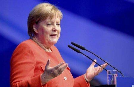 Angela <span style='background:#EDF514'>MERKEL</span> ii indeamna pe germani sa se vaccineze