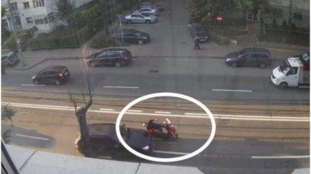 Viral! Momentul in care o soferita din Iasi izbeste un motociclist ce mergea paralel cu ea