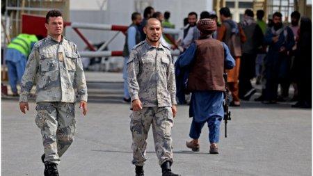Politia afgana si-a reluat activitatea pe <span style='background:#EDF514'>AEROPORTU</span>l din Kabul, alaturi de talibani