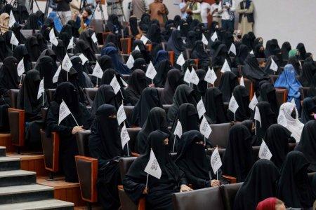 Noi reguli pentru studentele afgane, sub controlul talibanilor: Separate de colegii baieti si obligate sa poarte hijab