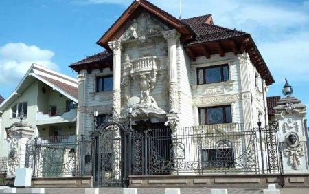 Casele din Țara Oasului, prea scumpe pentru a fi vandute, dar magnet pentru turisti: Asta seamana cu Sagrada Familia