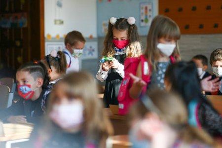 Opt scoli, gradinite si licee din Bucuresti incep luni cursurile online. Lista unitatilor de invatamant care vor functiona cu prezenta fizica