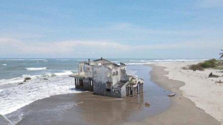 Vila-fantoma abandonata care se scufunda pe plaja din El Salvador
