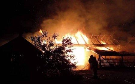Incendiu puternic in judetul <span style='background:#EDF514'>HARGHITA</span>. O femeie a avut nevoie de ingrijiri medicale