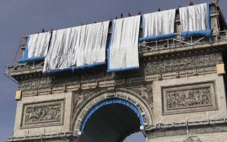 Arcul de Triumf din Paris este invelit cu un material textil. Proiect de 14 milioane euro