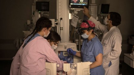 Fetita de 2 ani lasata nesupravegheata in cada a murit intr-un spital din Iasi. Copila ajunsese cu rani grave la Urgenta, muscata de mama