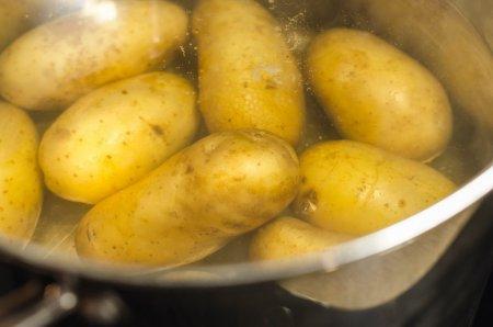 De ce sa fierbi cartofii in apa cu sare si otet, inainte de a-i praji