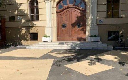 Primaria Timisoara a vopsit cu modele asfaltul pe care l-a turnat la cladirile istorice din oras. Viceprimar: Este un test