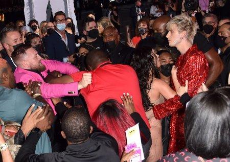 Scandal pe covorul rosu. Conor McGregor a sarit sa-l bata pe iubitul lui Megan Fox la gala MTV