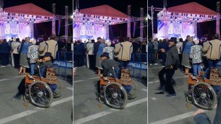 Barbat in scaun cu rotile, filmat cand se ridica si incepe sa danseze la Zilele Orasului Deva