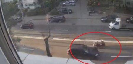 Momentul teribil in care o soferita a tras de volan si a proiectat un motociclist in alta masina VIDEO