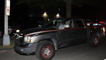 Un barbat cu maceta, baioneta si zvastica pe masina a fost arestat la Washington, inainte de mitingul simpatizantilor de dreapta