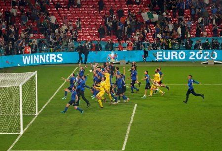 50 de fotografii dintr-o experienta senzationala! Cum e sa fii fotoreporter la EURO: 30 de zile, 19 meciuri, 18 echipe, 9 stadioane si o campioana
