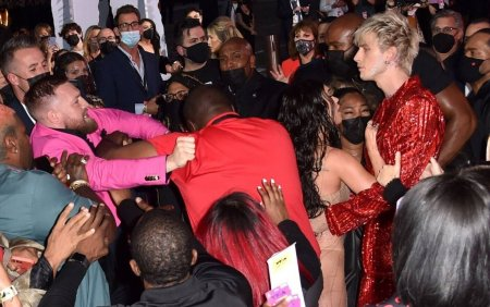 Machine Gun Kelly si Conor McGregor au avut o altercatie pe covorul rosu, la gala MTV Video Music <span style='background:#EDF514'>AWARDS</span>