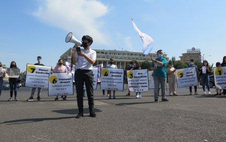 Reportaj. Cum a fost la mini-protestul elevilor din Piata Victoriei. O masa calda, transport gratuit si ore remediale pentru toata lumea, printre revendicari