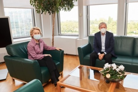 <span style='background:#EDF514'>RAZBOINIC</span> in tara, cuminte la Bruxelles: Ciolos a asigurat-o pe Ursula von der Leyen ca alianta cu PNL merge mai departe