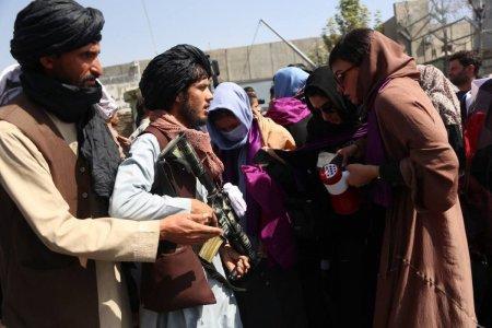 Oficial taliban: Femeile afgane nu ar trebui sa aiba voie sa lucreze alaturi de barbati