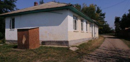 Batjocura autoritatilor la adresa copiilor din doua sate botosanene. WC-ul gradinitei, o cutie minuscula de lemn
