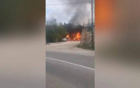 Incendiu puternic intr-o localitate din Muntii Apuseni. O <span style='background:#EDF514'>SPALAT</span>orie auto, cuprinsa de flacari